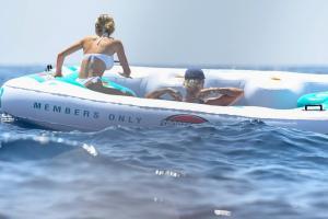 heidi-klum-with-leni-klum-soak-on-a-luxury-yacht-in-capri-85.jpg