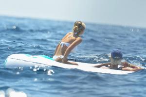heidi-klum-with-leni-klum-soak-on-a-luxury-yacht-in-capri-80.jpg