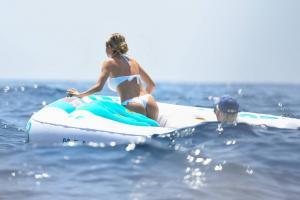 heidi-klum-with-leni-klum-soak-on-a-luxury-yacht-in-capri-56.jpg